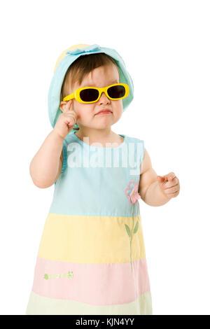 Einjähriges Mädchen mit Sonnenbrille, isoliert auf weiss - Stockfoto