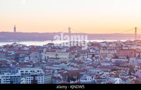Lissabon, Portugal - November 19, 2017: Das stadtbild von Lissabon, Portugal, in der Nacht, kurz nach Sonnenuntergang - Stockfoto