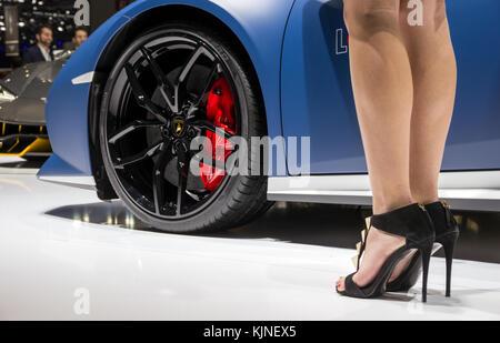 Genf, Schweiz - 1. MÄRZ 2016: Nahaufnahme eines Modells stehen neben dem neuen Lamborghini LP 610-4 Huracan Avio - Stockfoto