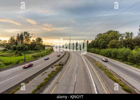 Schönen asphaltierten Straße, Autobahn in Nordamerika mit spektakulärer Aussicht, Himmel und Wolken und Wälder. - Stockfoto