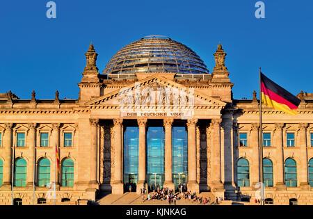 Vorderansicht des deutschen Parlaments in Berlin mit Fahne - Stockfoto