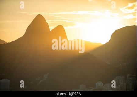 Helle landschaftlich schöne Sonnenuntergangsansicht von Two Brothers Mountain in Rio de Janeiro, Brasilien - Stockfoto