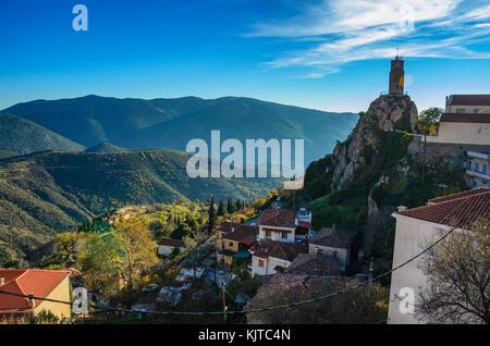 Arachova Dorf ist berühmt für seine Panoramaaussicht, bergauf, kleine Häuser und die gepflasterten Straßen eine - Stockfoto
