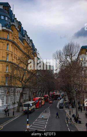 Blick auf die Straße und architektonischen Gebäuden in Northumberland Avenue im Zentrum von London City, England, - Stockfoto