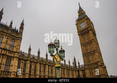 Big Ben und Westminster Bridge in einem typisch nebligen Morgen. Winter in London, Vereinigtes Königreich. - Stockfoto