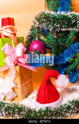 Ecologic Weihnachtsbaum von geschenkboxen und rustikalen Weihnachtsschmuck auf Holzuntergrund mit frohe Weihnachten - Stockfoto