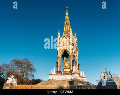 Das Albert Memorial ist in Kensington Gardens, London, direkt nördlich der Royal Albert Hall. Es wurde von Queen - Stockfoto