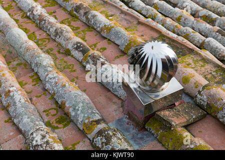 alte dachziegel hergestellt aus ton in verschiedenen farben mit flechten und moos oslo norwegen. Black Bedroom Furniture Sets. Home Design Ideas