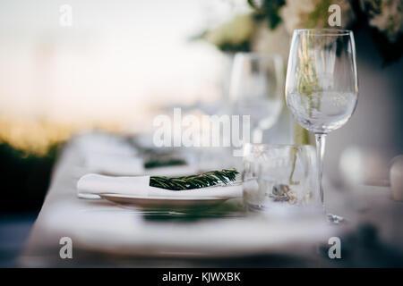 Weihnachten tischdekoration mit glas wein und zwei gl ser champagner rot und gold dekorationen - Glaser dekorieren fur weihnachten ...