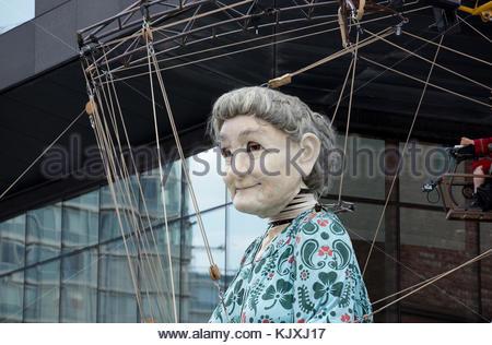 Riesige 'Grandma' Marionette - Teil der Royal de luxe Straße Marionette Leistung in Liverpool für 'Memories von - Stockfoto