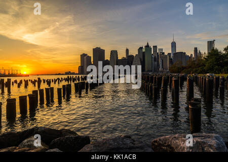 New York Skyline Stadtbild Lower Manhatten World Trade Center Freedom Tower aus Brooklyn Bridge Park Pier - Stockfoto