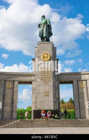 Sowjetische Kriegerdenkmal, Statue der Roten Armee Soldat in der sowjetischen Krieg Denkmal im Tiergarten, Berlin, - Stockfoto