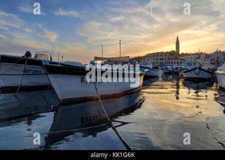 Segelboote, Hafen, Altstadt, und st.euphemia Kirche, Rovinj, Istrien, Kroatien, Adria, Europa - Stockfoto