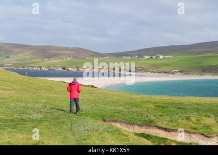 St Ninians Isle (im Vordergrund) und die größte Tombolo in Großbritannien führenden Zurück zur Beilegung von bigton - Stockfoto