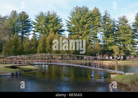 Viktorianische Bogenbrücken, Inseln und Brunnen in Crandall Park in Glens Falls, New York, Vereinigte Staaten von - Stockfoto