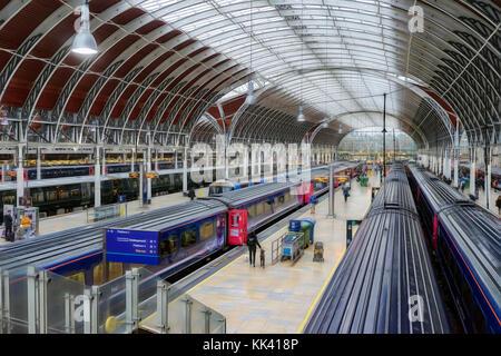 Fernzüge am Bahnhof Paddington in London - Stockfoto