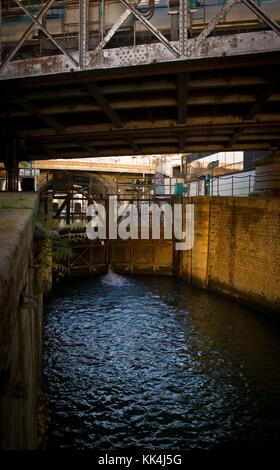 Unter der Brücke - 22/10/2012 - - unter der Brücke - die Schleuse, Port de l'Arsenal in Paris, verbindet den Kanal - Stockfoto