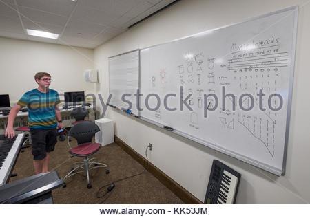 Junger Mann am weißen Brett im Musik Unterricht in der unteren Ebene der Alden Memorial Auditorium, Worcester Polytechnic - Stockfoto