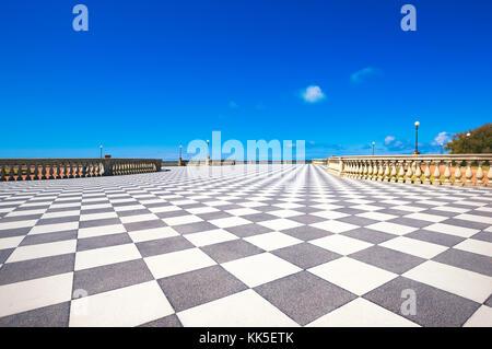 Die Terrazza Mascagni Terrasse Belvedere Meer, schwarz-weiß Schachbrettmuster Stock. livorno Toskana Italien Europa. - Stockfoto