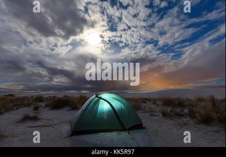 Zelt im Mondschein Dünen in White Sands, New Mexico, USA - Stockfoto