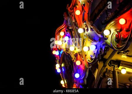 Blick auf moderne Energiesparlampen auf einem schönen Vintage Style Karussell fahren. - Stockfoto