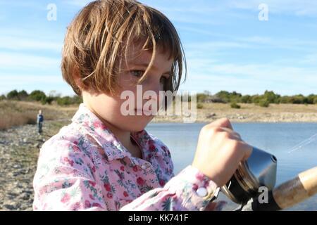 Nahaufnahme von kleines Mädchen in einem Fisch reeling erwischte - Stockfoto