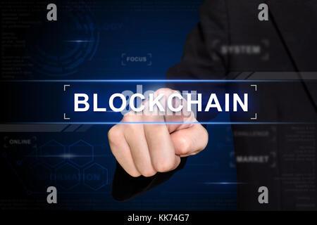 Business Hand blockchain klicken Sie auf virtuellen Bildschirm - Stockfoto