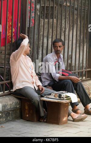 Rechtliches Dokument Schreibkraft in der Straße vor Bombay High Court in Mumbai, Indien - Stockfoto