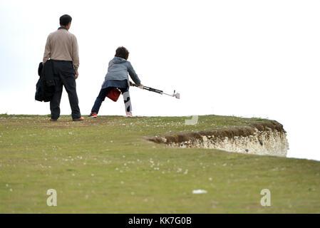 Touristen, die Risiken auf einer Klippe Kanten selfies zu erhalten, Beachy Head, sieben Schwestern, East Sussex, - Stockfoto