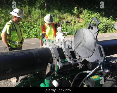 Mannschaften ersetzt einen defekten Düker, verursacht ein Dreckloch auf SR4 in der Nähe von Loop Road wurde in Wahkiakum - Stockfoto