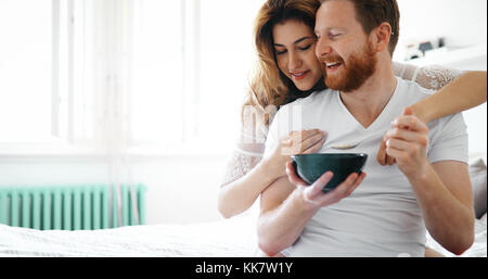 Junge attraktive Paar Frühstück im Bett - Stockfoto