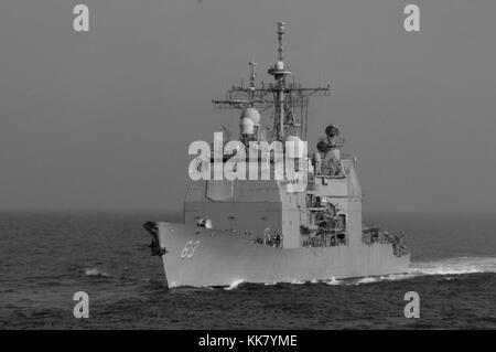 Die ticonderoga-Klasse geführte-missile Cruiser USS Cowpens CG 63 Ansätze der militärischen Sealift Command flotte - Stockfoto
