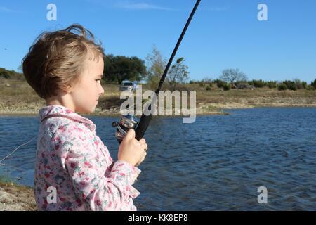 Kleines Mädchen in einem Fisch reeling - Stockfoto