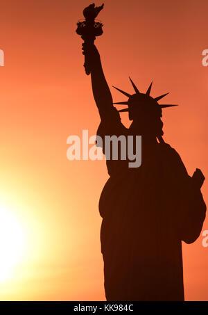 Freiheitsstatue bei Sonnenuntergang mit schönen, warmen Farben. - Stockfoto