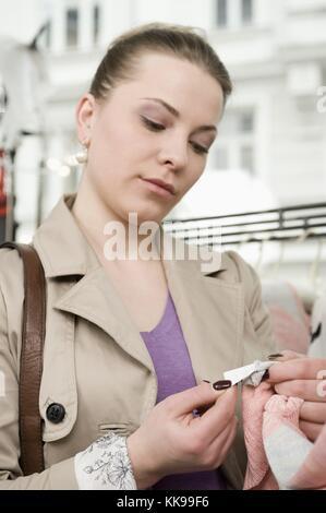 Junge Frau auf der Suche Preis | Verwendung weltweite, gebührenfreie: Für komerzielle Nutzung Preis auf Anfrage. - Stockfoto