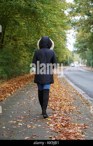 Nicht erkennbare Frau Winter Mantel und Stiefel auf der Straße - Stockfoto