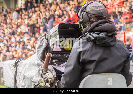 Tv-Kameramann Fernsehübertragung Stade Toulousain v Bordeaux-Begles Rugby-spiel, Ernest wallonischen Stadion, Toulouse, - Stockfoto