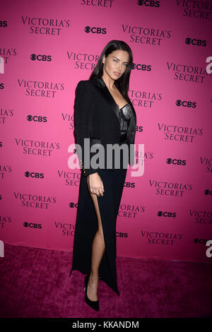 New York, NY - 28. November: Elsa hosk nimmt der 2017 Victoria Secret Fashion Show Betrachtung Partei rosa Teppich - Stockfoto