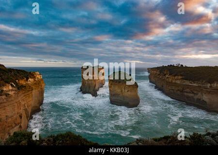 Australien, Great Ocean Road, Loch Ard Gorge, Port Campbell, Victoria, Nationalpark, Sonnenuntergang - Stockfoto