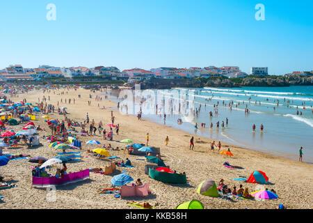 Baleal, Portugal - May 30, 2017: voll Ocean Beach in einer hohen Peak Season. Portugal berühmten Reiseziel für itâ - Stockfoto