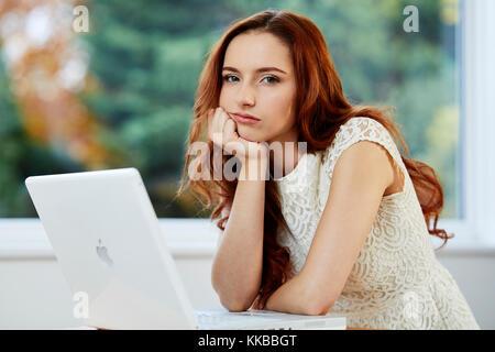 Mädchen bei der Arbeit langweilt - Stockfoto