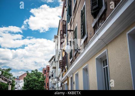 Blick auf die Straße von Sibenik, ein beliebtes Reiseziel für historische Architektur, engen gepflasterten Straßen - Stockfoto