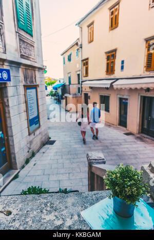 Unbekannte Menschen zu Fuß auf der Straße von Sibenik, ein beliebtes Reiseziel für historische Architektur, engen - Stockfoto