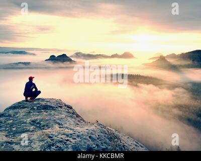 Moment der Einsamkeit auf der felsigen Gipfel. Mann in Schwarz genießen Sie herrliche Aussicht. Wanderer auf dem - Stockfoto
