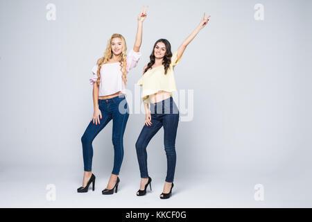 Zwei lächelnde attraktives Mädchen Freunde - blond und Brünett auf weißem Hintergrund - Stockfoto