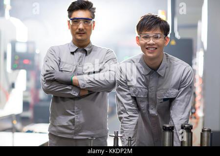 Zuversichtlich chinesische Ingenieure im Werk - Stockfoto