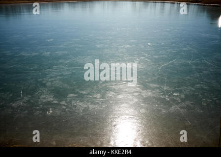 Licht Beleuchtung der Oberfläche einer Eisdecke auf der Spitze eines ländlichen Teich oder See im Winter zeigen - Stockfoto