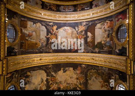 Barock & hoch dekoriert, gewölbte Decke das Leben von St. John, bemalt von Mattia Preti, Interieur in St John's - Stockfoto