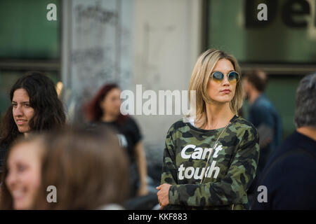 Mailand, Italien - 22. September 2017: Frau mit einem modischen Look, posiert für die Fotografen vor armani Modenschau - Stockfoto
