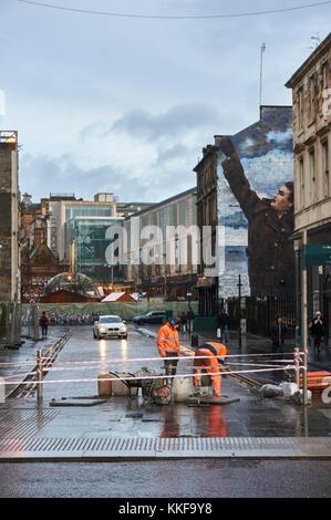 Glasgow, UK, 7. Dezember 2017: Verbesserung arbeitet derzeit auf der Dixon Street trotz der schlechten Wetter- und - Stockfoto